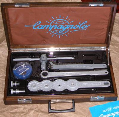 中身は五平餅のような不思議なレンチとチェーンウィップ、フリー抜き工具な... カンパ工具